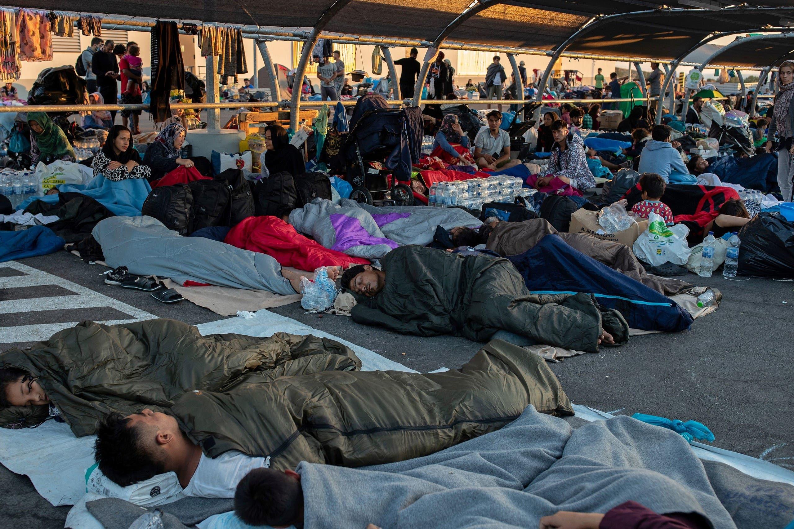 لاجئون باتوا ليلتهم في مرآب للسارات