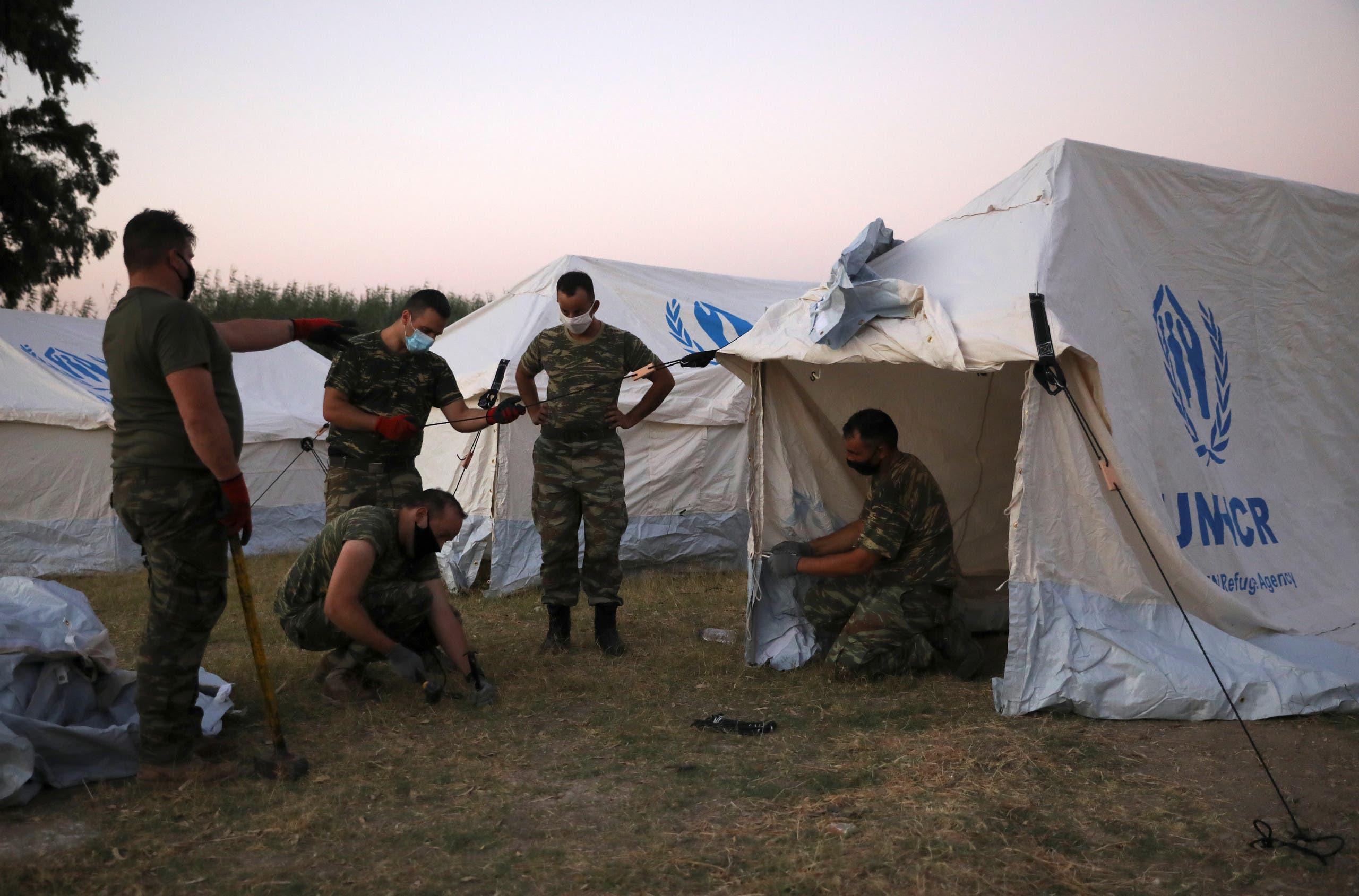 الجيش اليوناني نصب بعض الخيم لللاجئين