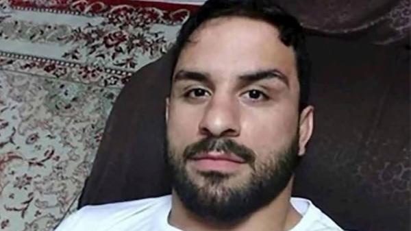كسروا أنفه وعذبوه.. آثار على جثة المصارع الإيراني