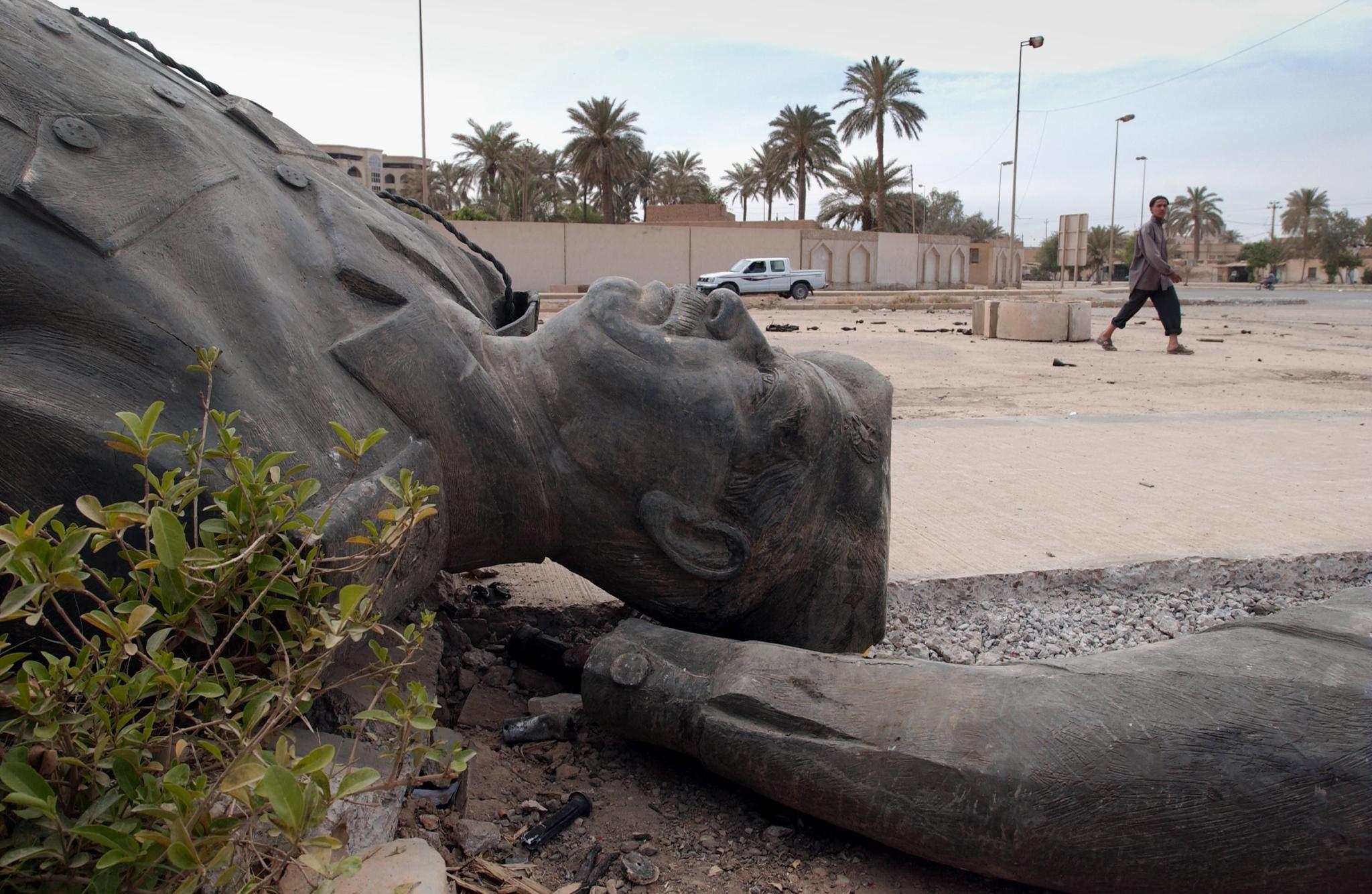 تمثال لصدام حسين أرضا (أرشيفية- فرانس برس)