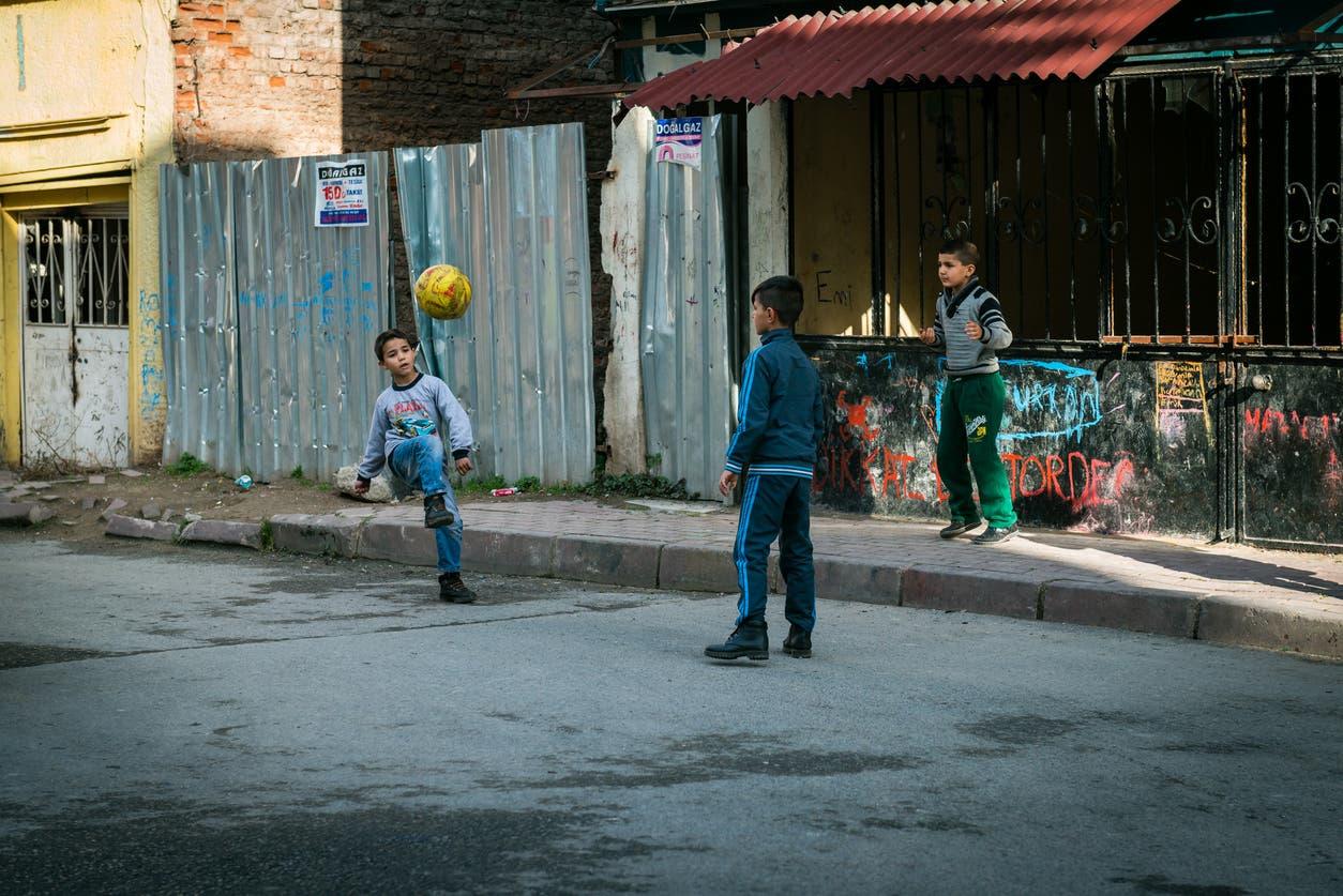 أطفال يلعبون في أحد شوارع اسطنبول - تعبيرية