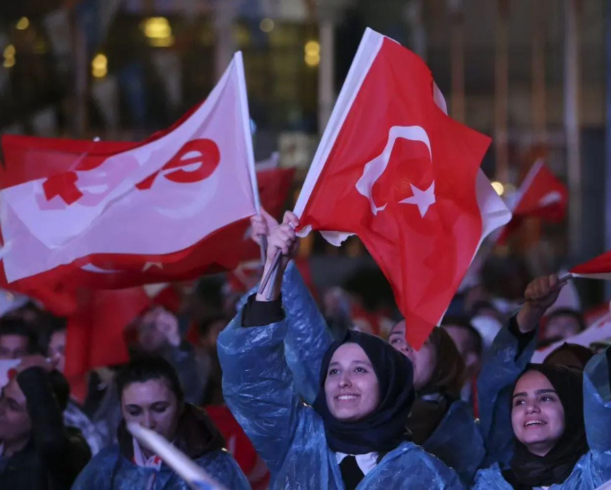 أنصار أردوغان يحتفلون