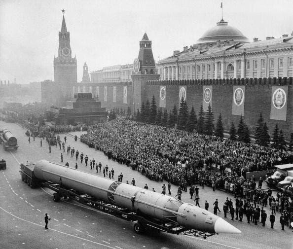 صاروخ سوفيتي خلال استعراض عسكري بالقرن الماضي
