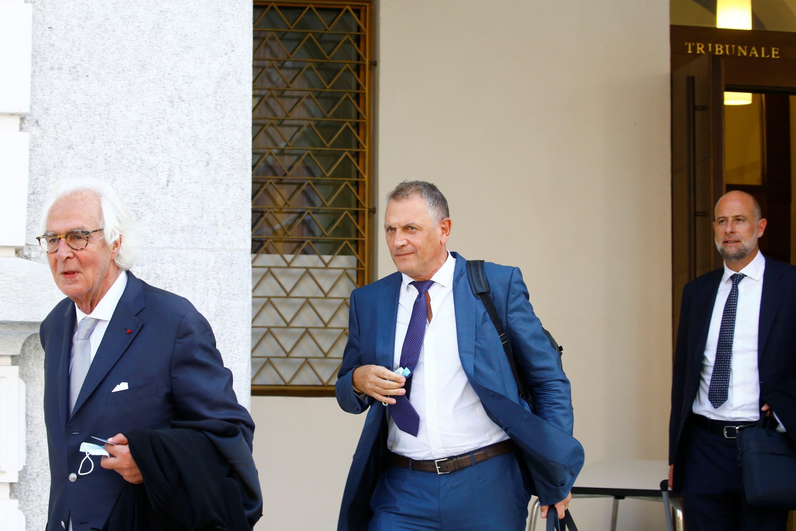 فالكه ومحاميه ومحامي الخليفي أمام المحكمة