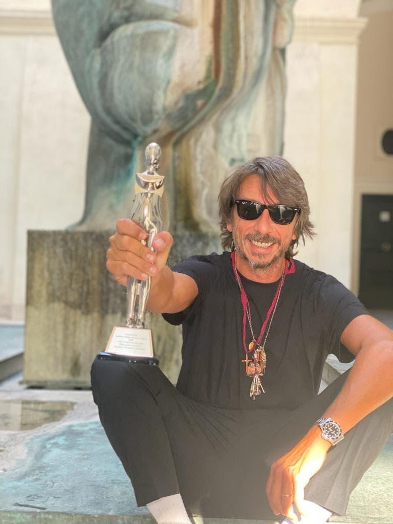 بييرباولو بيكيولي يحمل جائزة أفضل مصمم أزياء نسائية عالمي للعام 2020