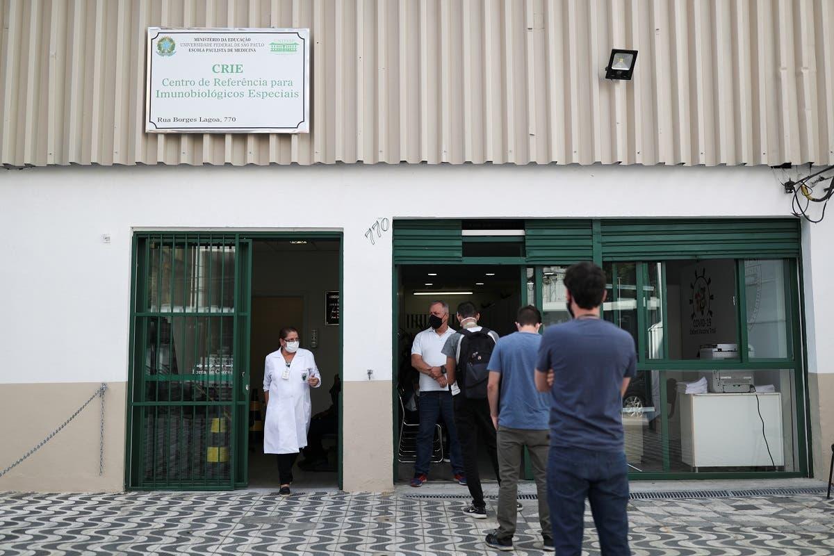 متطوعون ينتظرون لأخذ جرعة من اللقاح الذي تطوره استرازنيكا في البرازيل