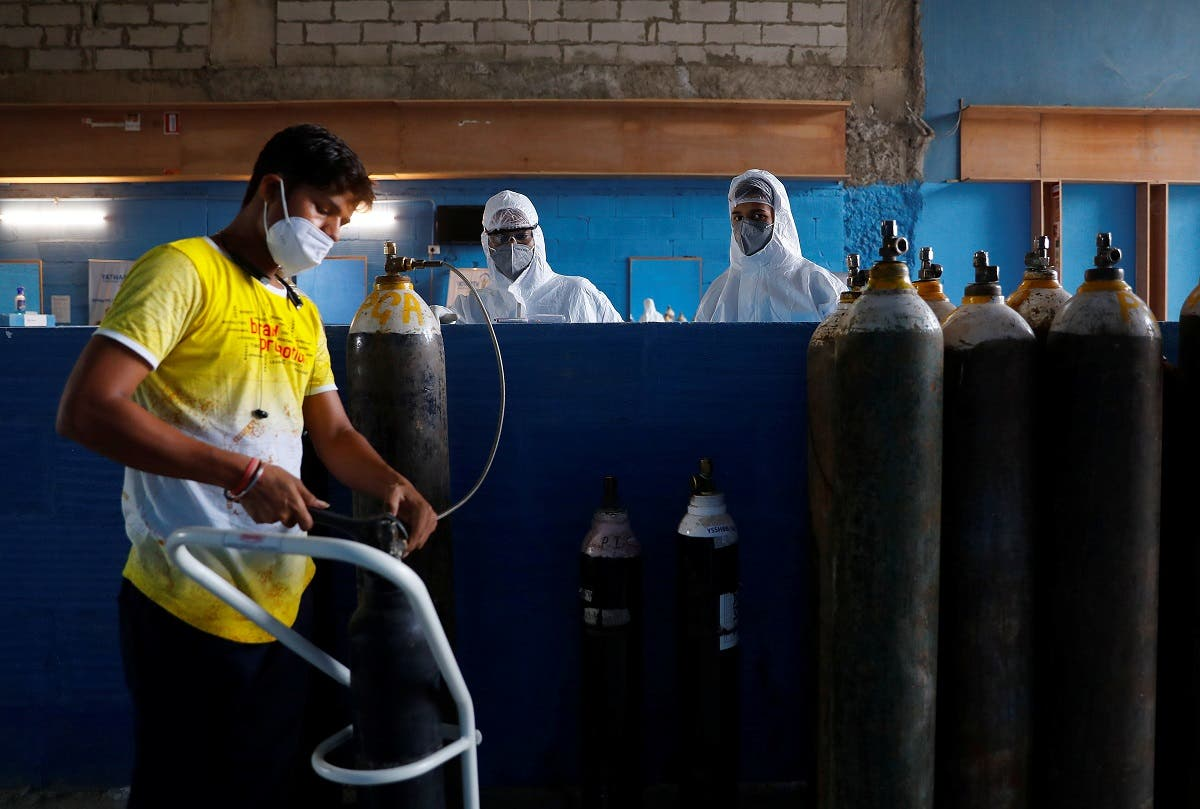 A worker refills an oxygen cylinder as medical workers wait at the Yatharth Hospital in Noida, on the outskirts of New Delhi, India, on September 15, 2020.  (File photo: Reuters)