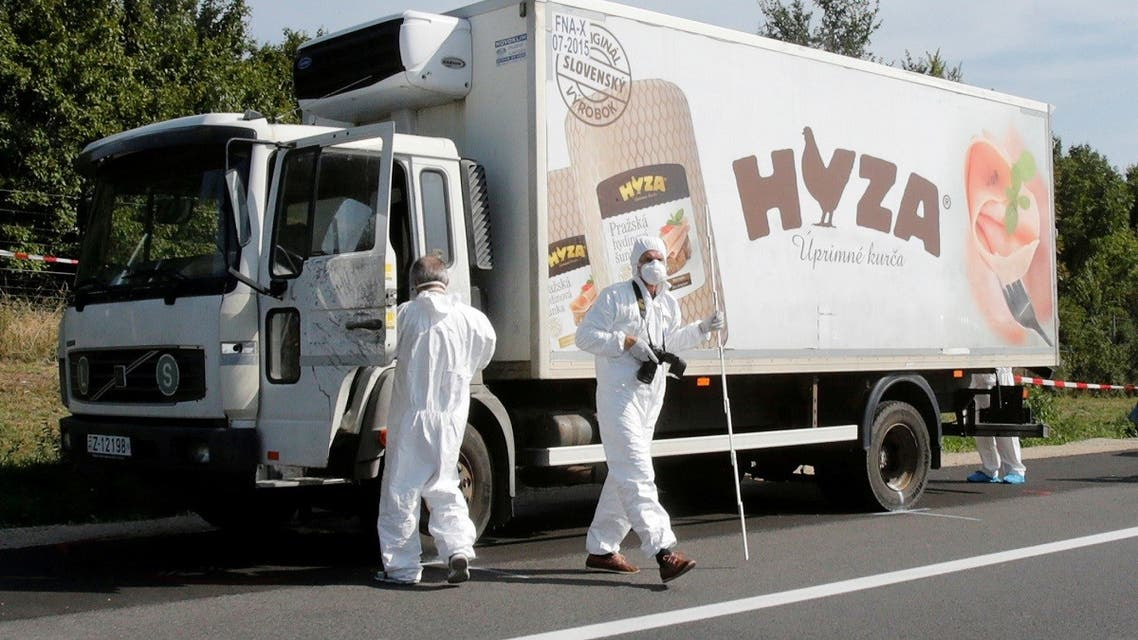 Forensic police officers inspect a parked truck in which up to 50 migrants were found dead, on a motorway near Parndorf, Austria August 27, 2015. (AFP)