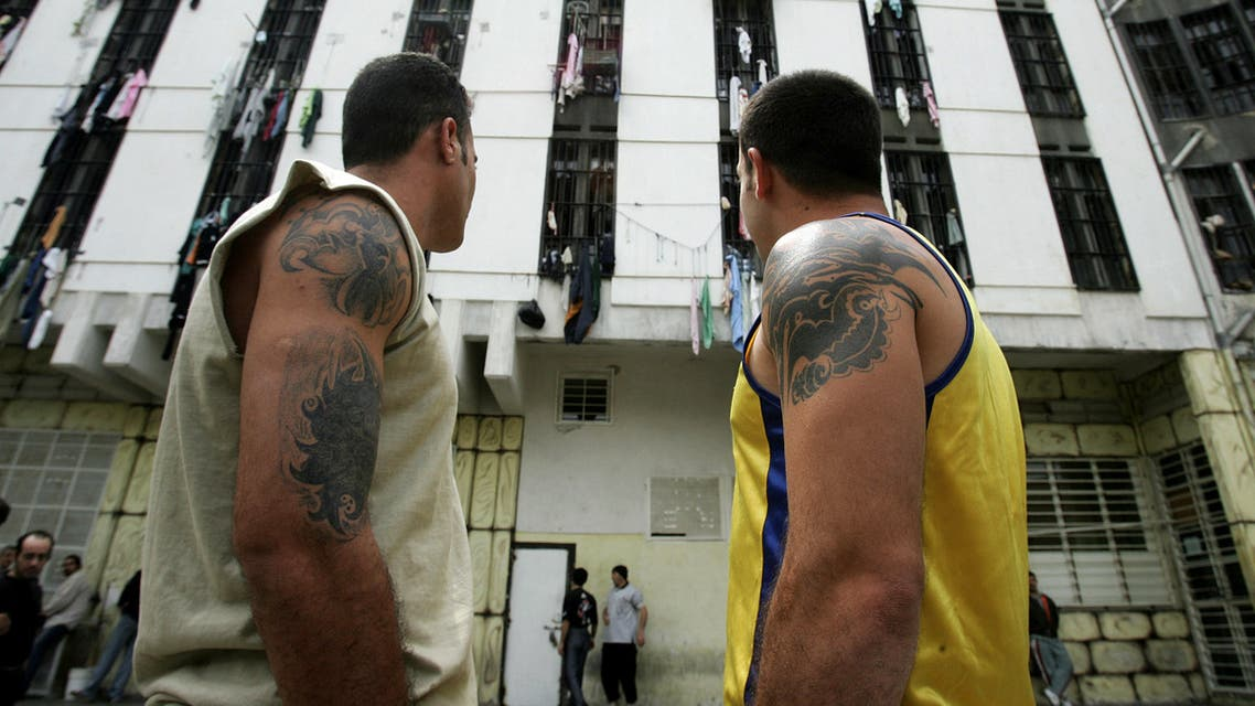 Lebanese priosners stroll inisde Roumieh prison, northeast of Beirut on April 7, 2006. (AFP)