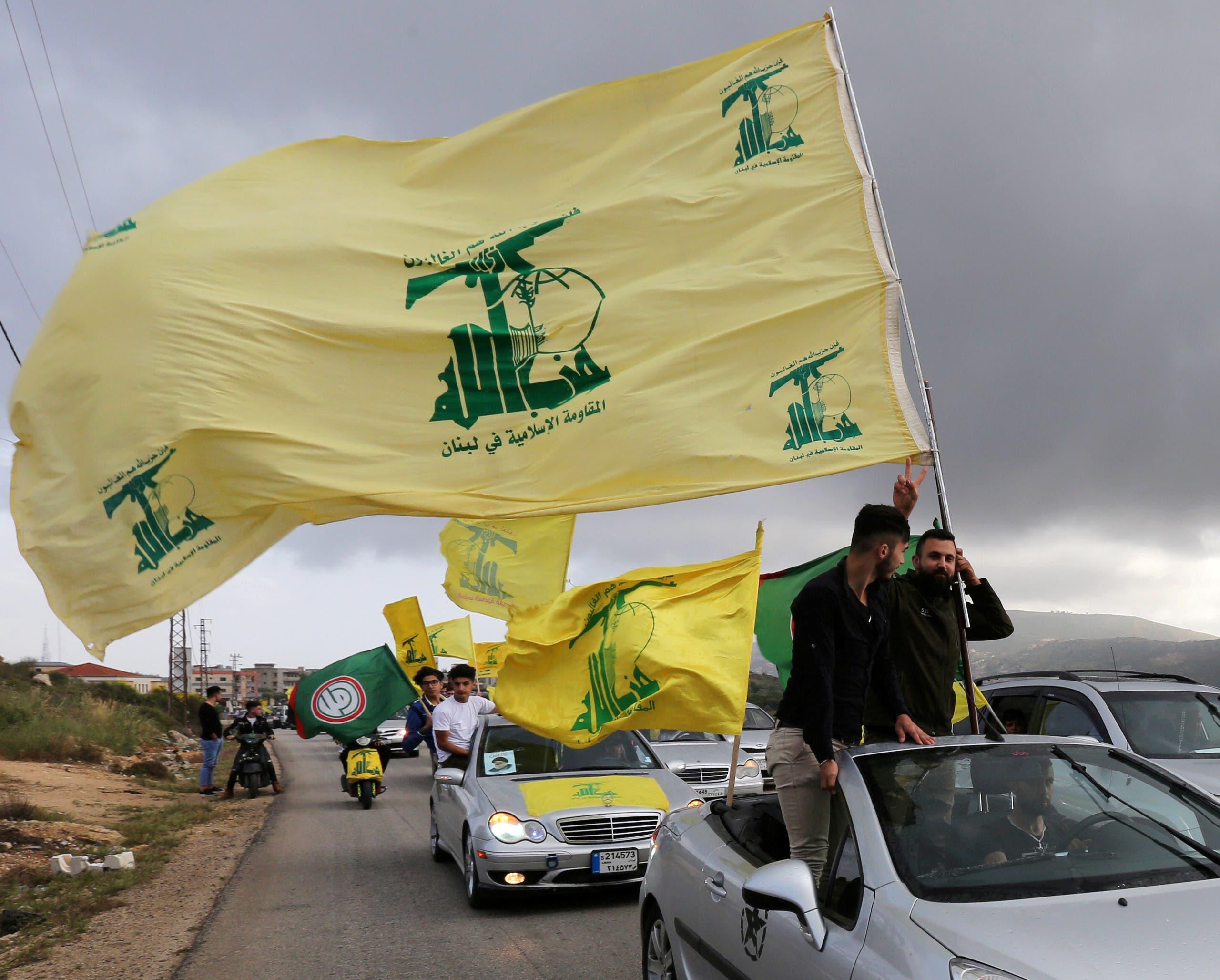 مناصرون لحزب الله يرفعون رايته في لبنان