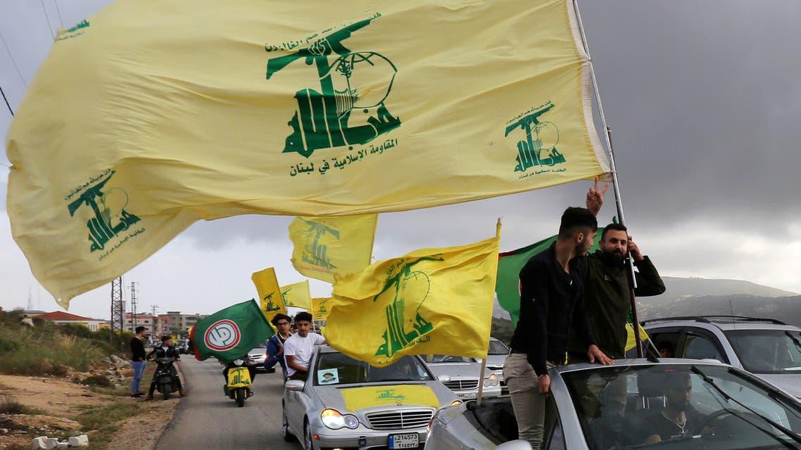 مناصرون لحزب الله يرفعون رايته في لبنان (أرشيفية- فرانس برس)