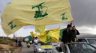 """""""لا تلتصقوا بولي الفقيه"""".. أنصار حزب الله ينقضون على محلل"""