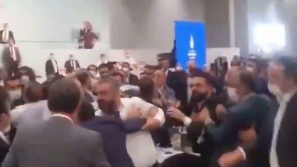 كشك مخالف أشعل عراكاً بمجلس بلدية إسطنبول بين نائبين