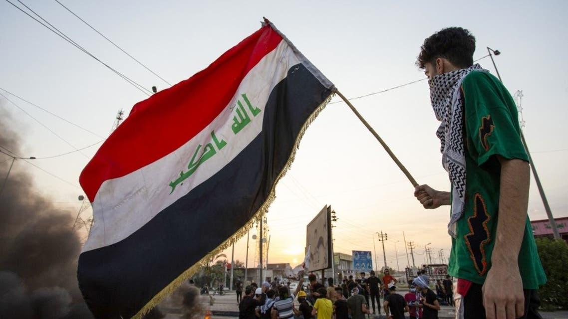 متظاهر يحمل العلم العراقي في البصرة - فرانس برس