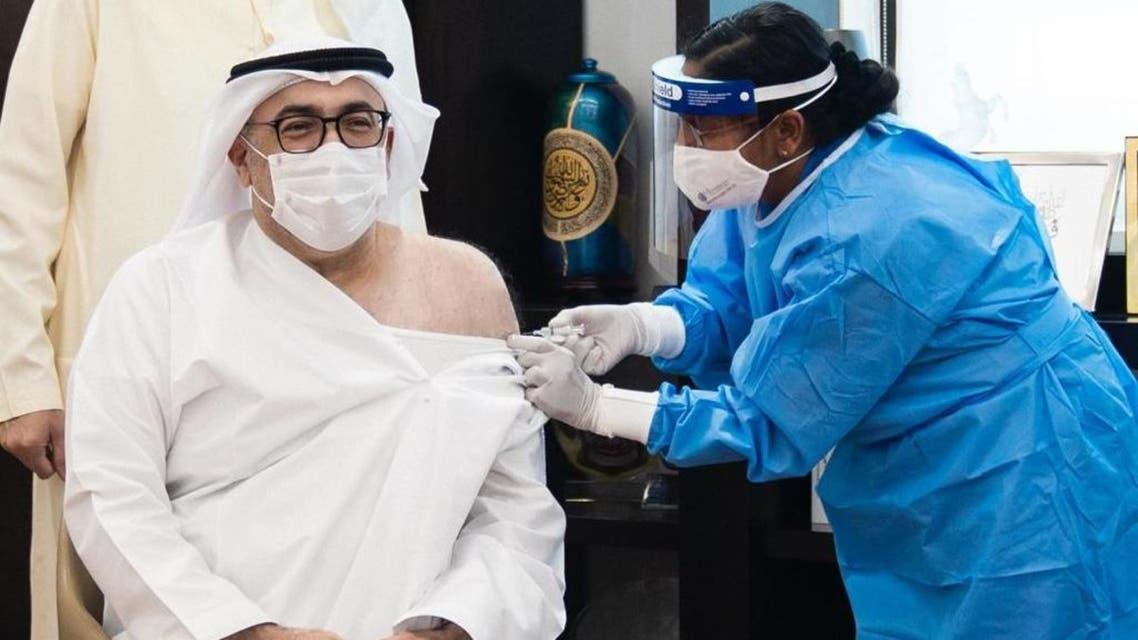 وزير الصحة الإماراتي يتلقى أول جرعة من لقاح كورونا