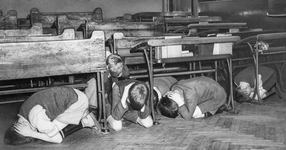 صورة لأطفال أميركيين أثناء التدريب على مواجهة انفجار نووي