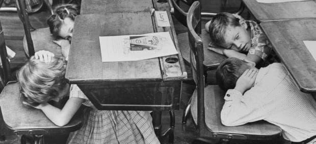 صورة لأطفال بالمدرسة أثناء تدربهم على مواجهة انفجار نووي