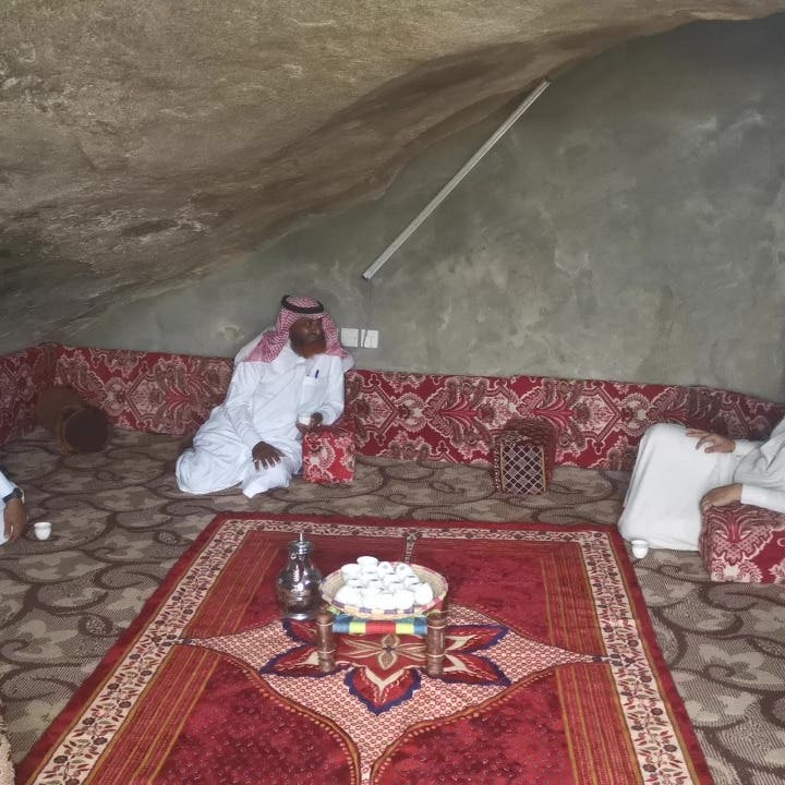 """السعودية.. هذه قصة """"المجلس الصخري"""" في جبل سلا بجازان"""