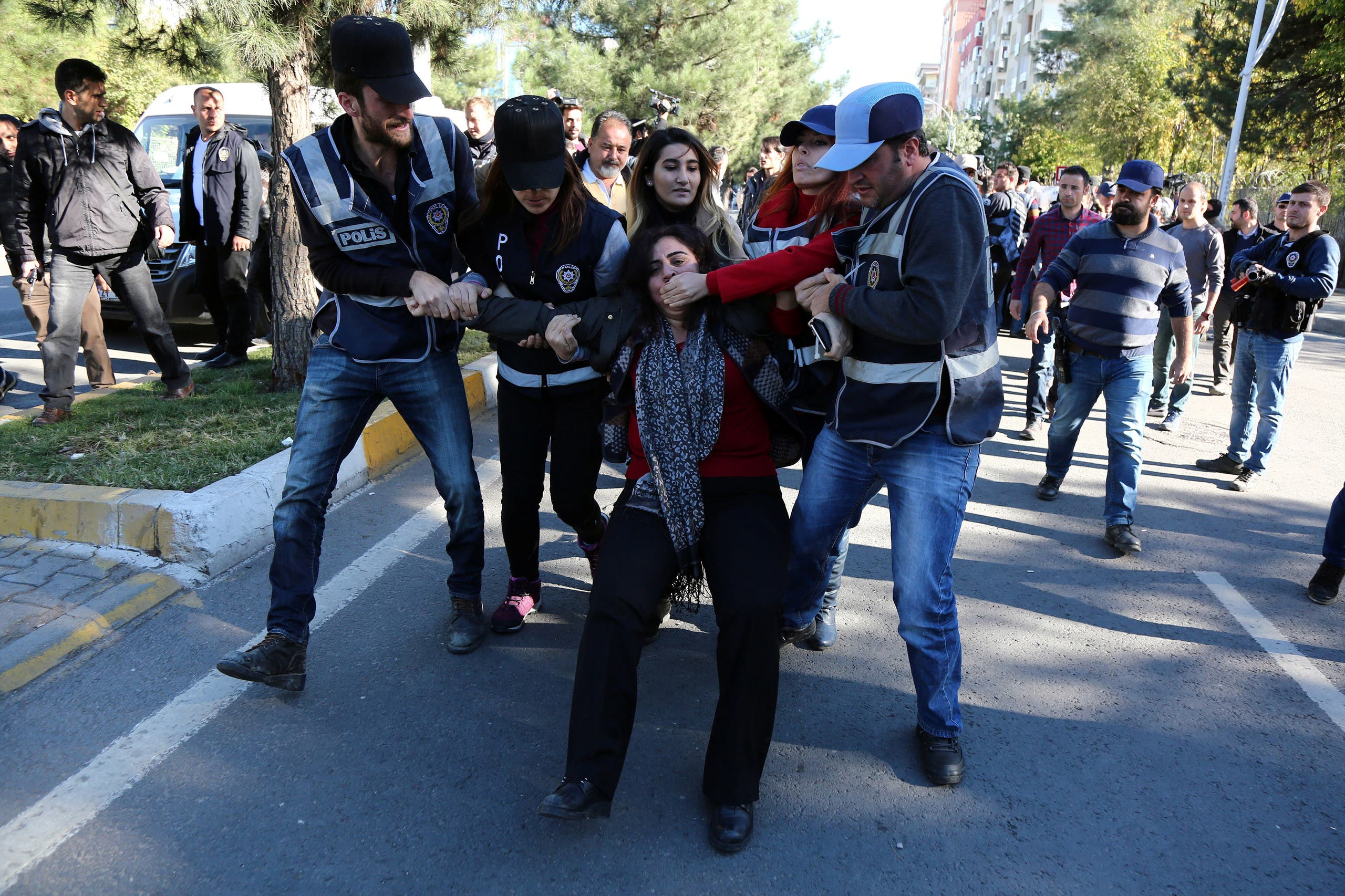 Police detain Sebahat Tuncel, co-chair of the pro-Kurdish Democratic Regions Party (DBP), during a protest against the arrest of Kurdish lawmakers, in the southeastern city of Diyarbakir, Turkey, November 4, 2016. (File photo: Reuters)