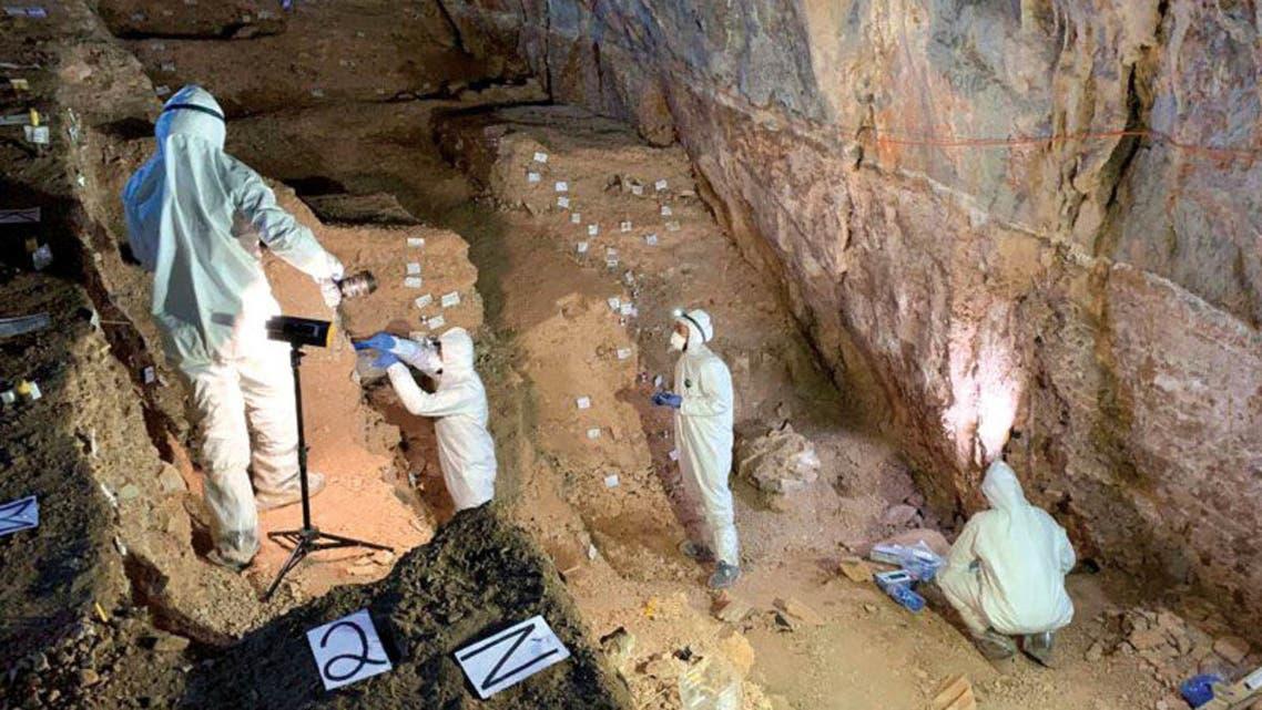 علماء داخل الكهف في المكسيك