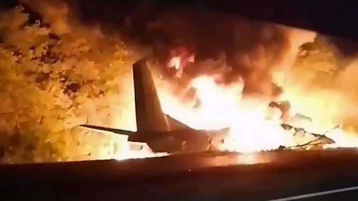 النيران مشتعلة في حطام الطائرة الأوكرانية