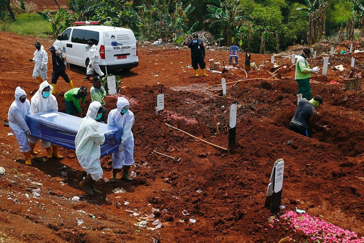 من عملية دفن أحد ضحايا فيروس كورونا