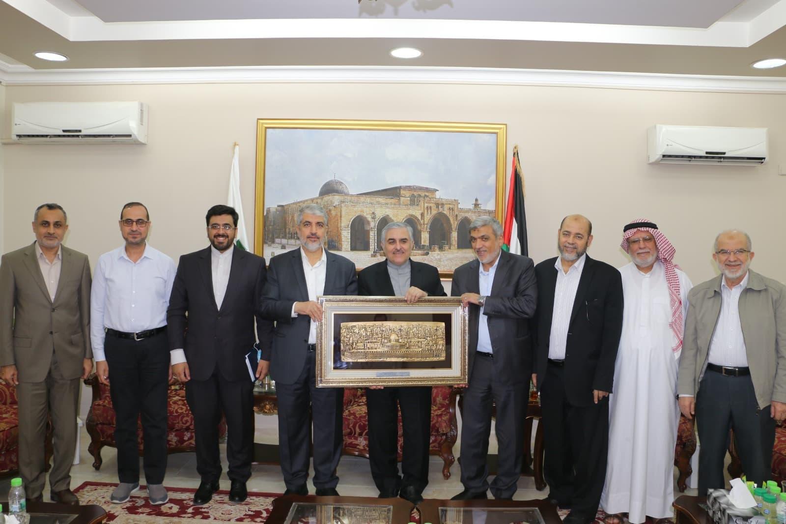 سفير إيران أثناء تكريمه من قادة حماس في الدوحة