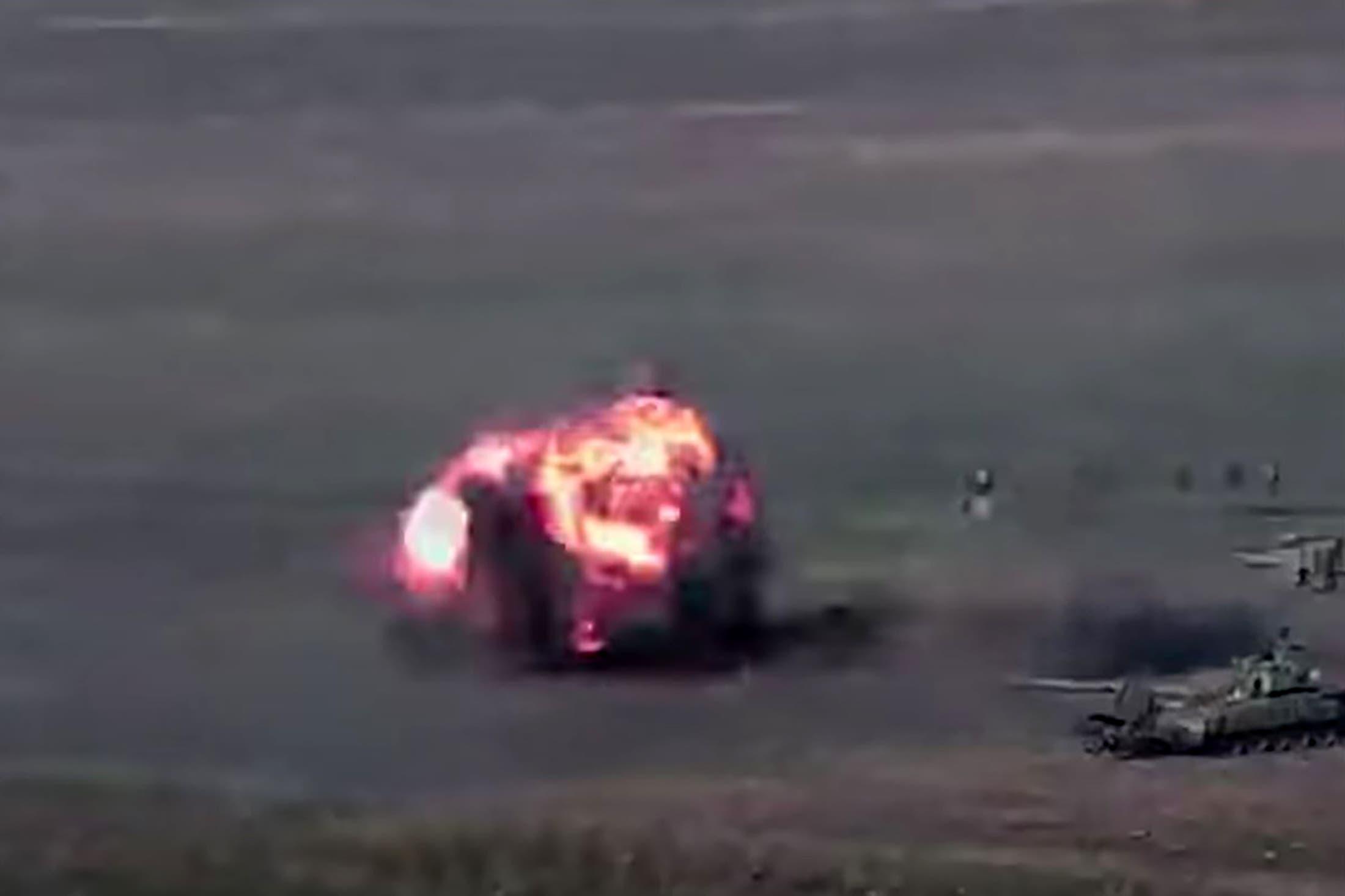 وزارة الدفاع الأرمينية نشرت صورا لدبابات وعناصر عسكرية أذربيجانية أثناء الهجوم (فرانس برس)