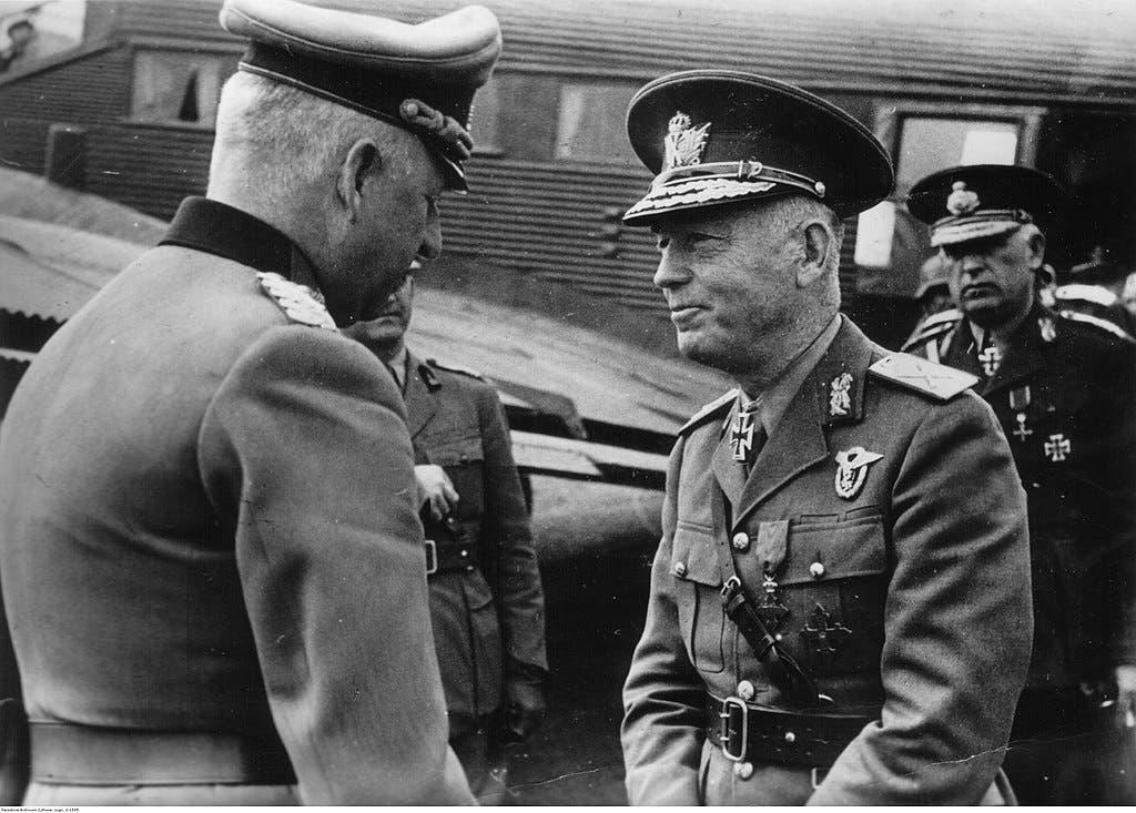 صورة تجمع بين  الجنرال الألماني  فون مانشتاين ورئيس وزراء رومانيا أنتونيسكو