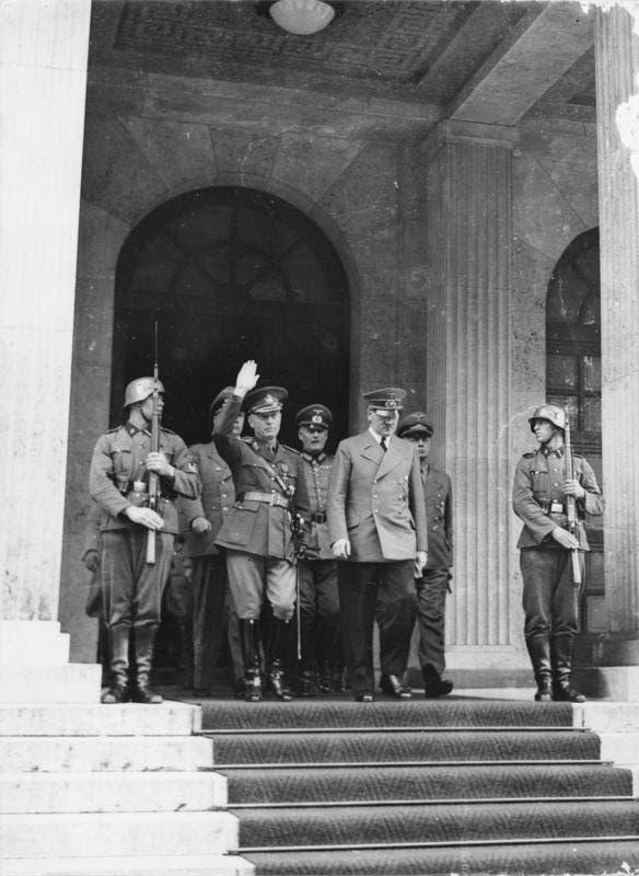 صورة تجمع بين هتلر وأنتونيسكو