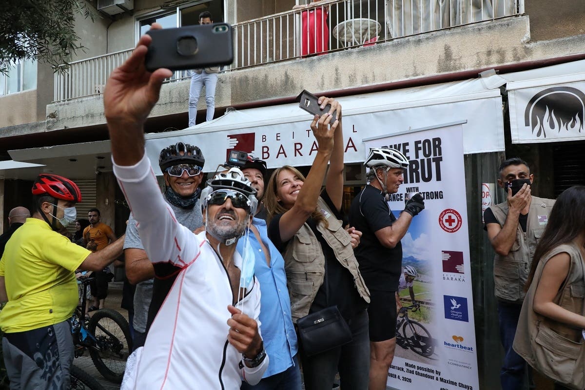 Participants at the event take a selfie with Lance Armstrong. (Photo courtesy: Fares Sokhn)