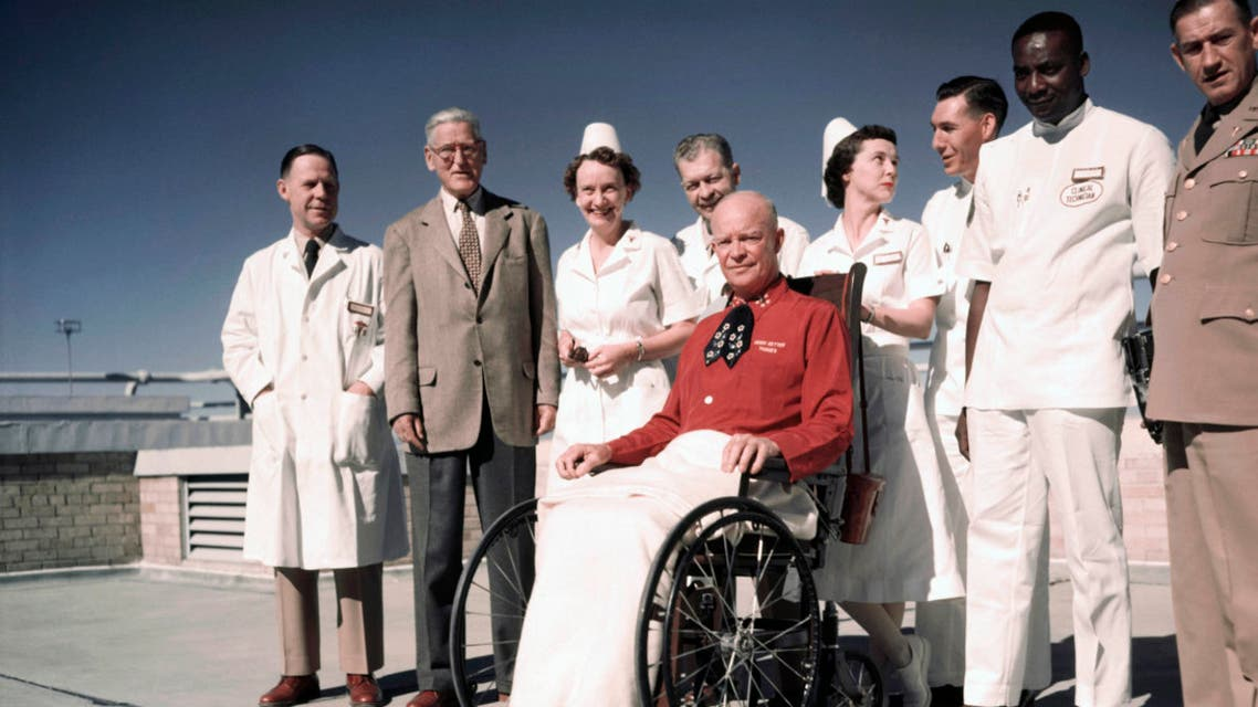 الرئيس أيزنهاور رفقة الطاقم الطبي