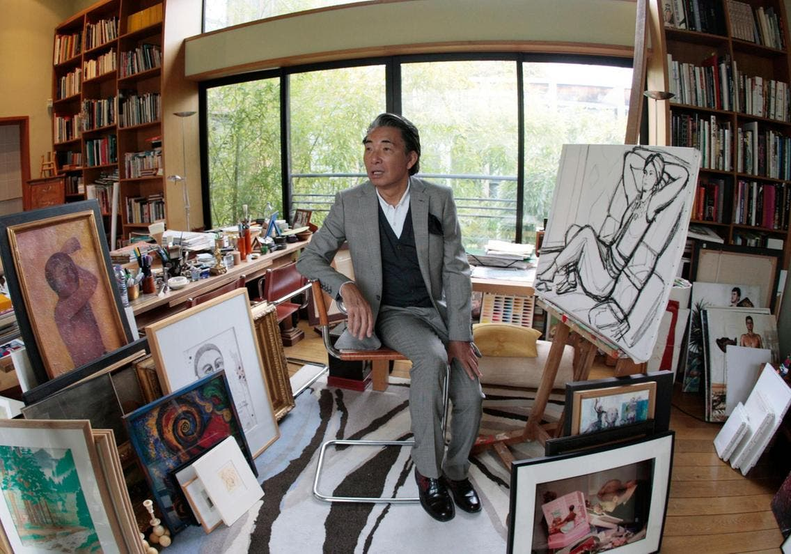 كنزو تاكادا يتوسط لوحاته