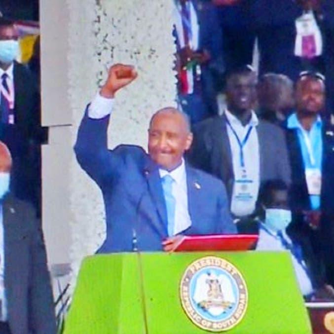 شاهد رئيس المجلس السيادي بالسودان وهو يغني أمام الآلاف