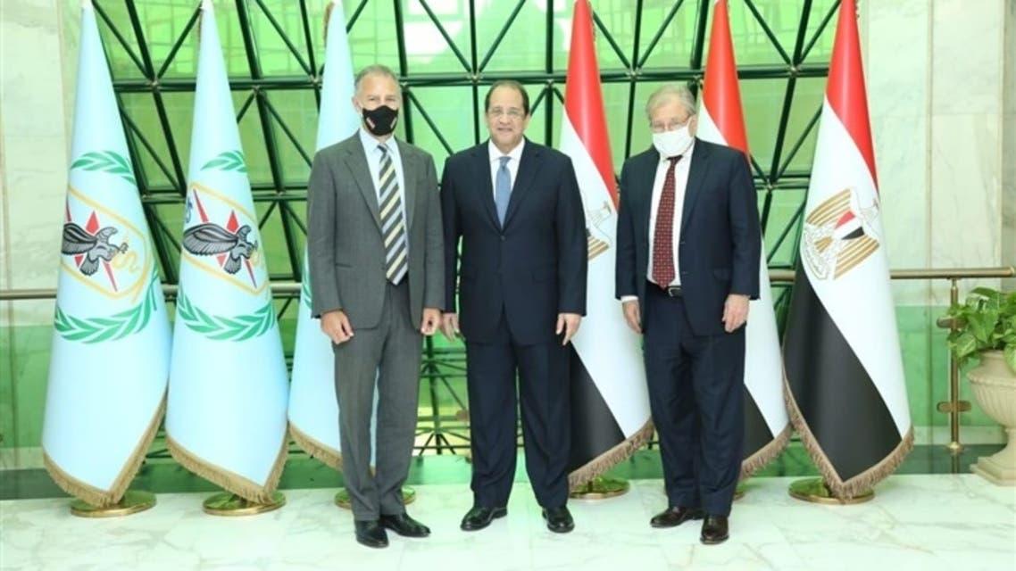من اليمين: ريتشارد نورلاند، عباس كامل، وجوناثان كوهين