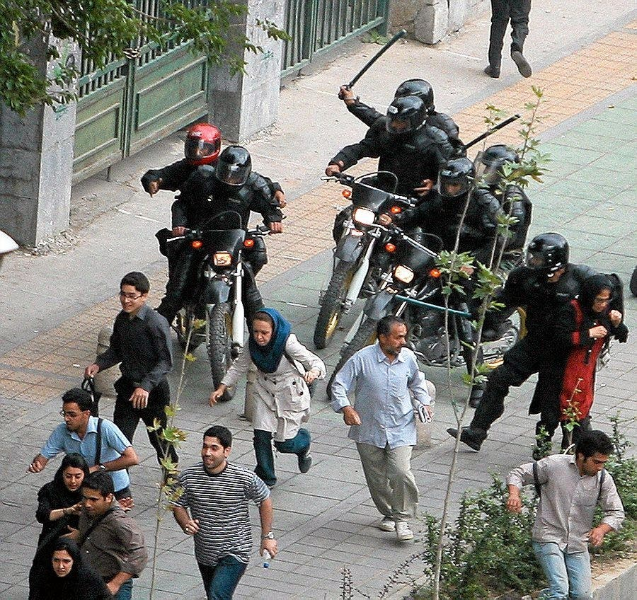 عناصر الباسيج تساهم في قمع الإحتجاجات في إيران