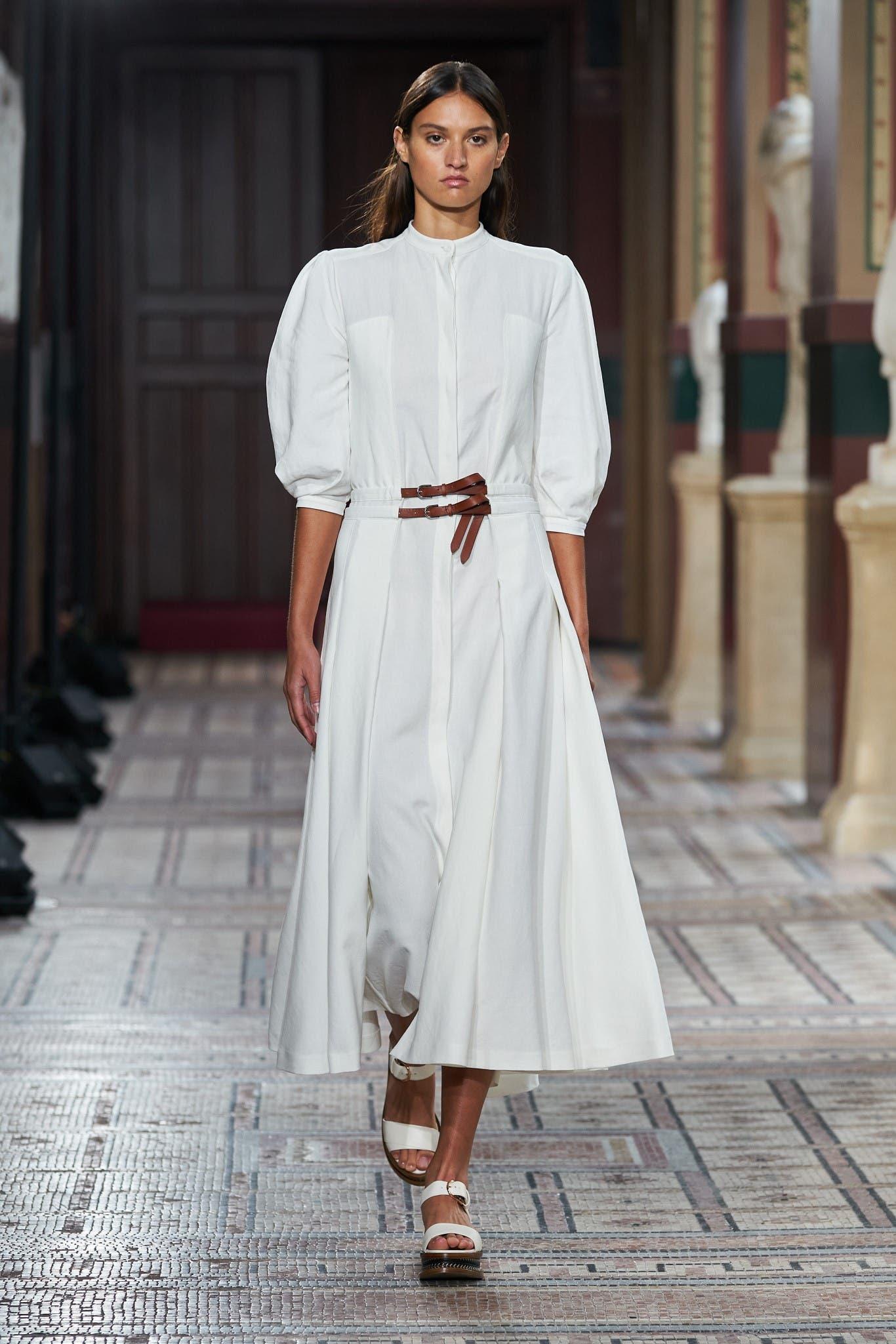الثوب الأبيض القطني في عرض غابريللا هيرست