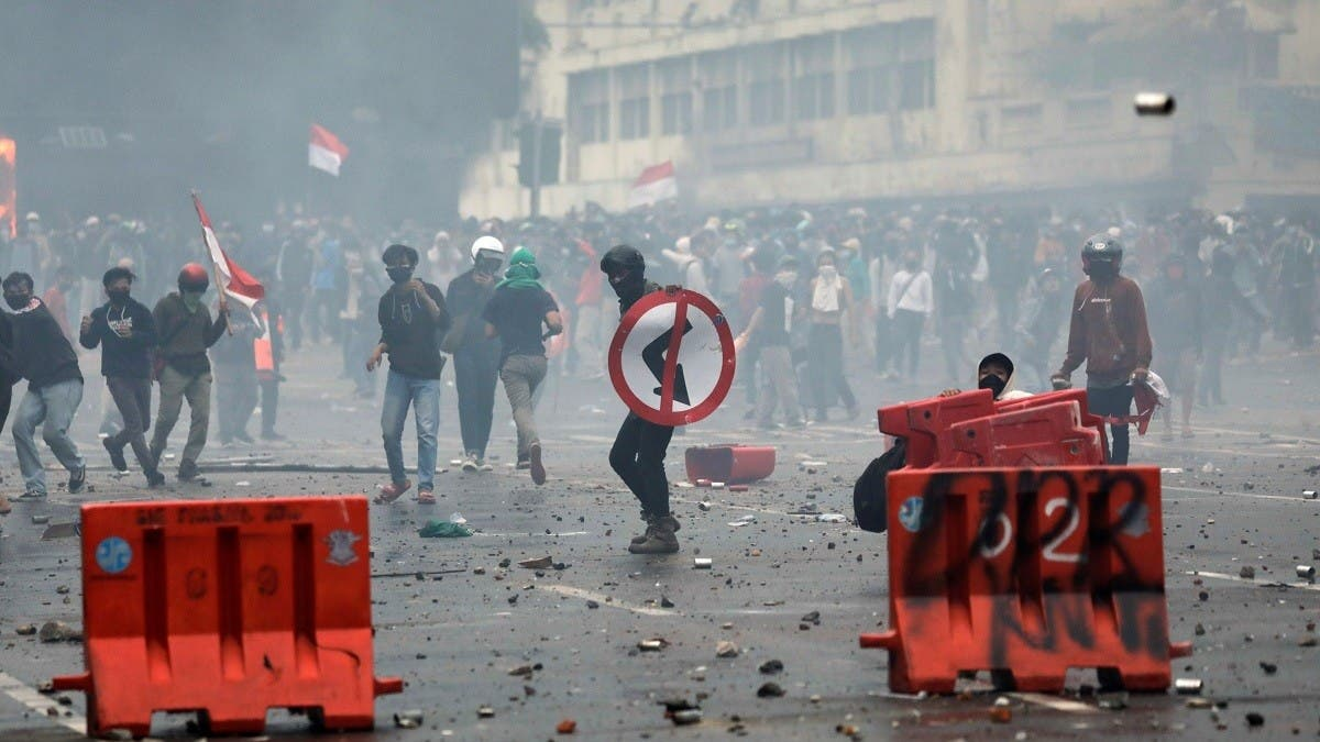 Controversial Indonesian jobs law leads to protests, clashes for third day thumbnail
