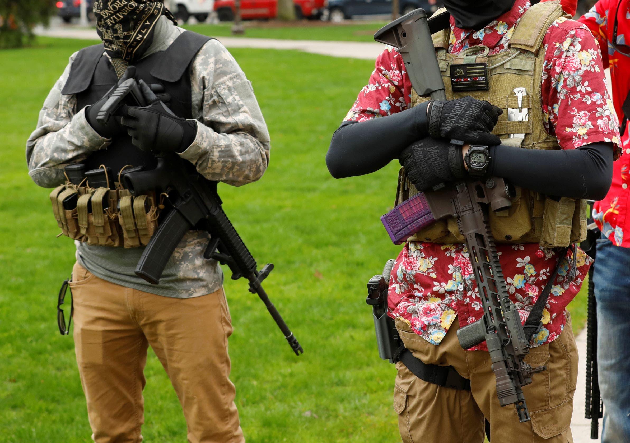 مسلحان خلال احتجاجات سابقة في ميشيغان