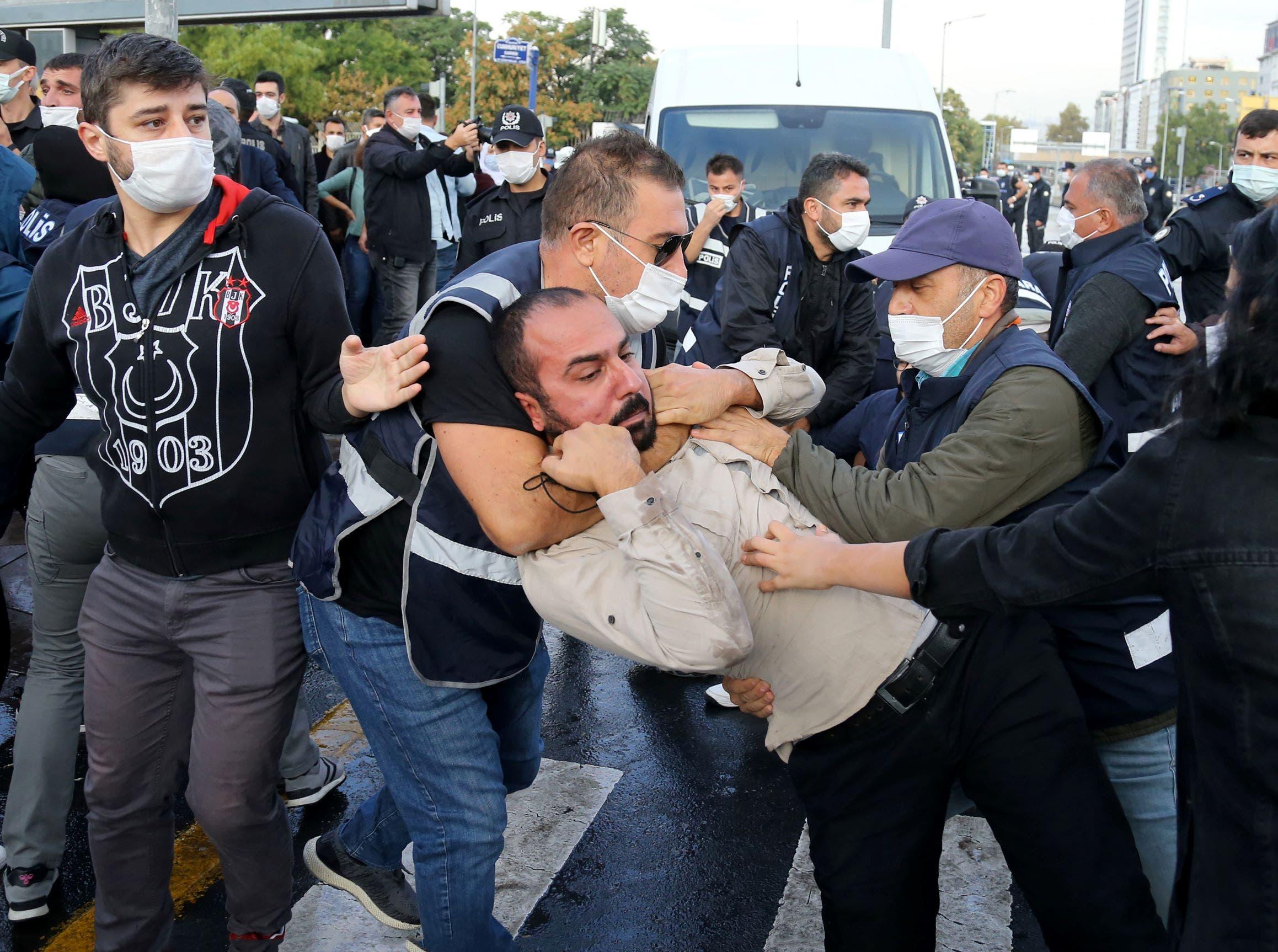 الشرطة التركية تعتقل شخصا
