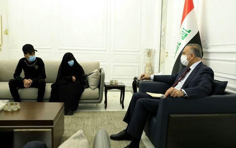 الكاظمي خلال استقبال والدة وشقيق العراقي