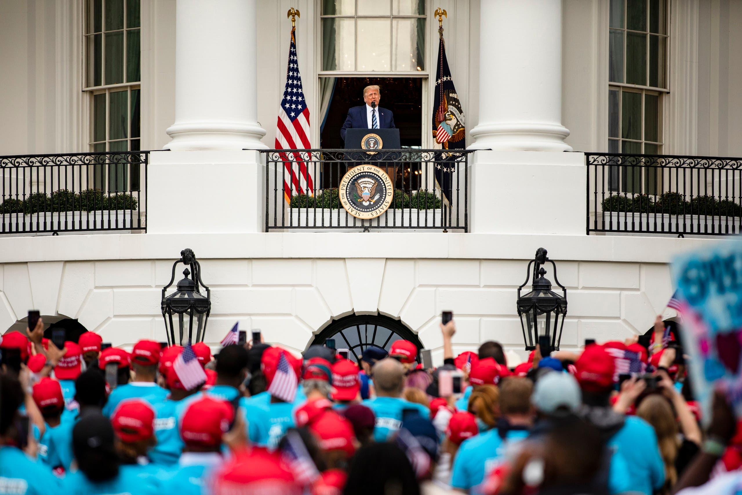 الرئيس الأميركي في أول ظهور علني له في البيت الأبيض(فرانس برس)