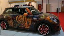 فنانة سعودية ترسم على السيارات التالفة في ميادين جدة