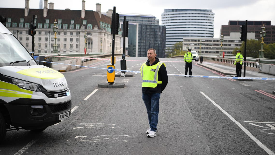 British Police officers staff a cordon closing Westminster Bridge in central London on October 13, 2020 following a security alert at St Thomas' Hospital.