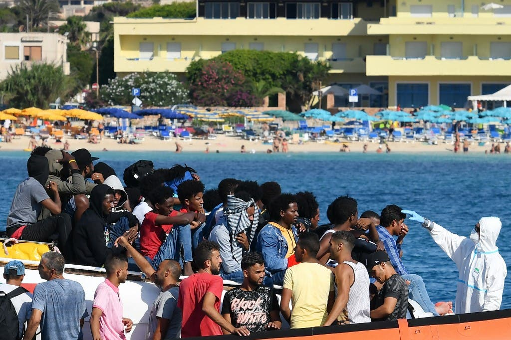مركب يقل مهاجرين من تونس وليبيا إلى ايطاليا - أرشيفية من فرانس برس