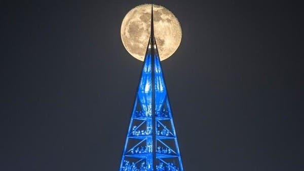 هكذا وثق سعودي لحظة عبور القمر وراء برج المملكة