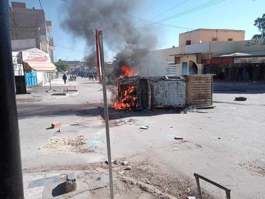 إحراق سيارة تابعة للشرطة البلدية