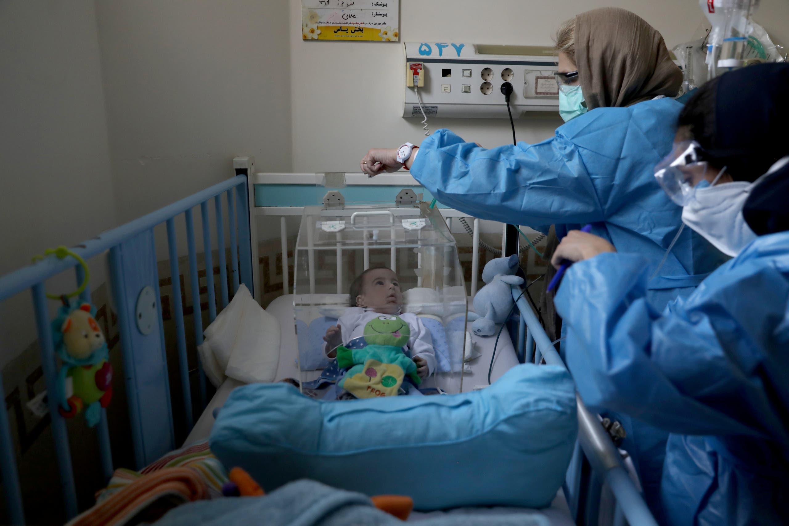 طفل مصاب بكورنا في مستشفى في طهران