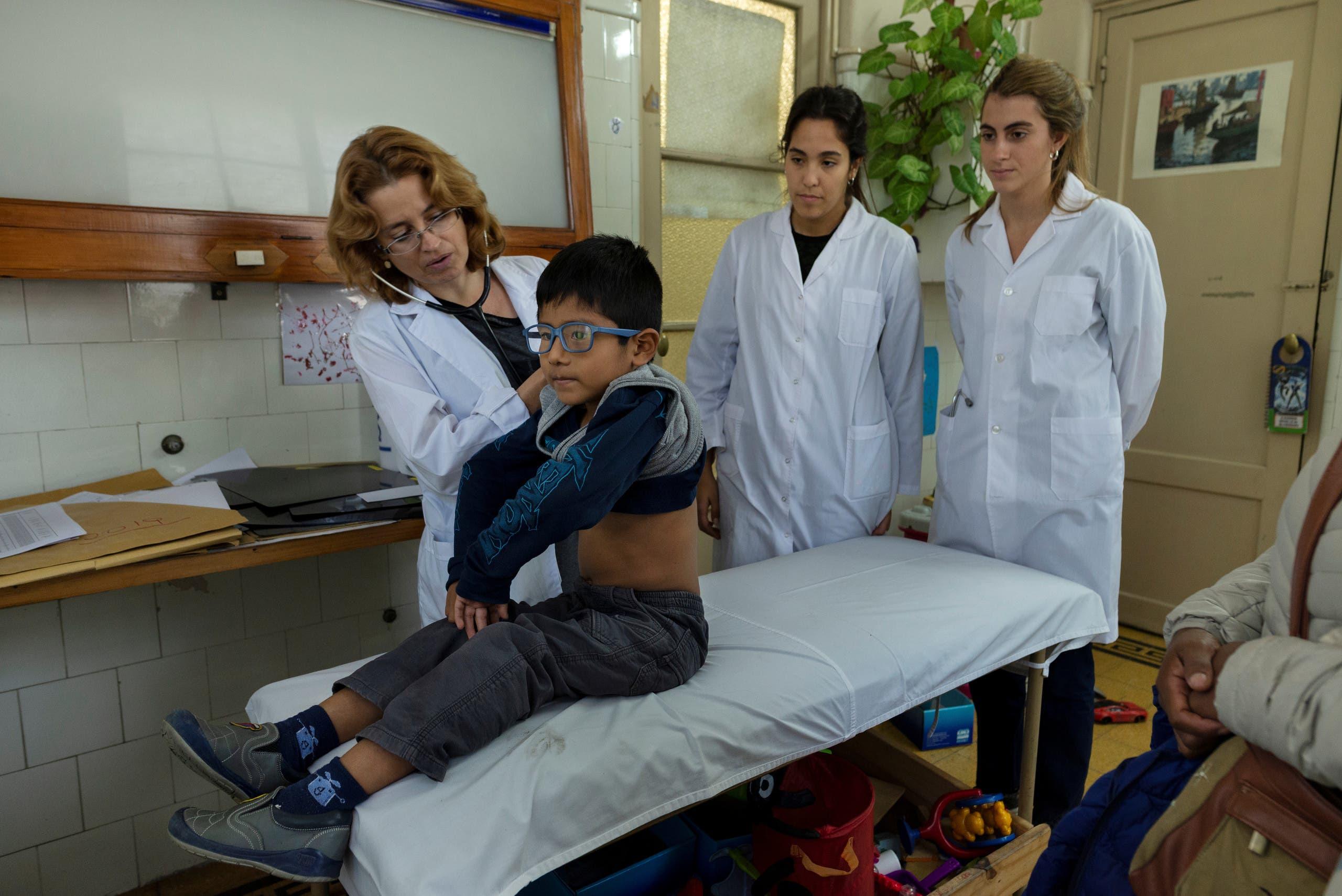 طبيبة في الارجنتين تعاين طفل مصاب بالسل