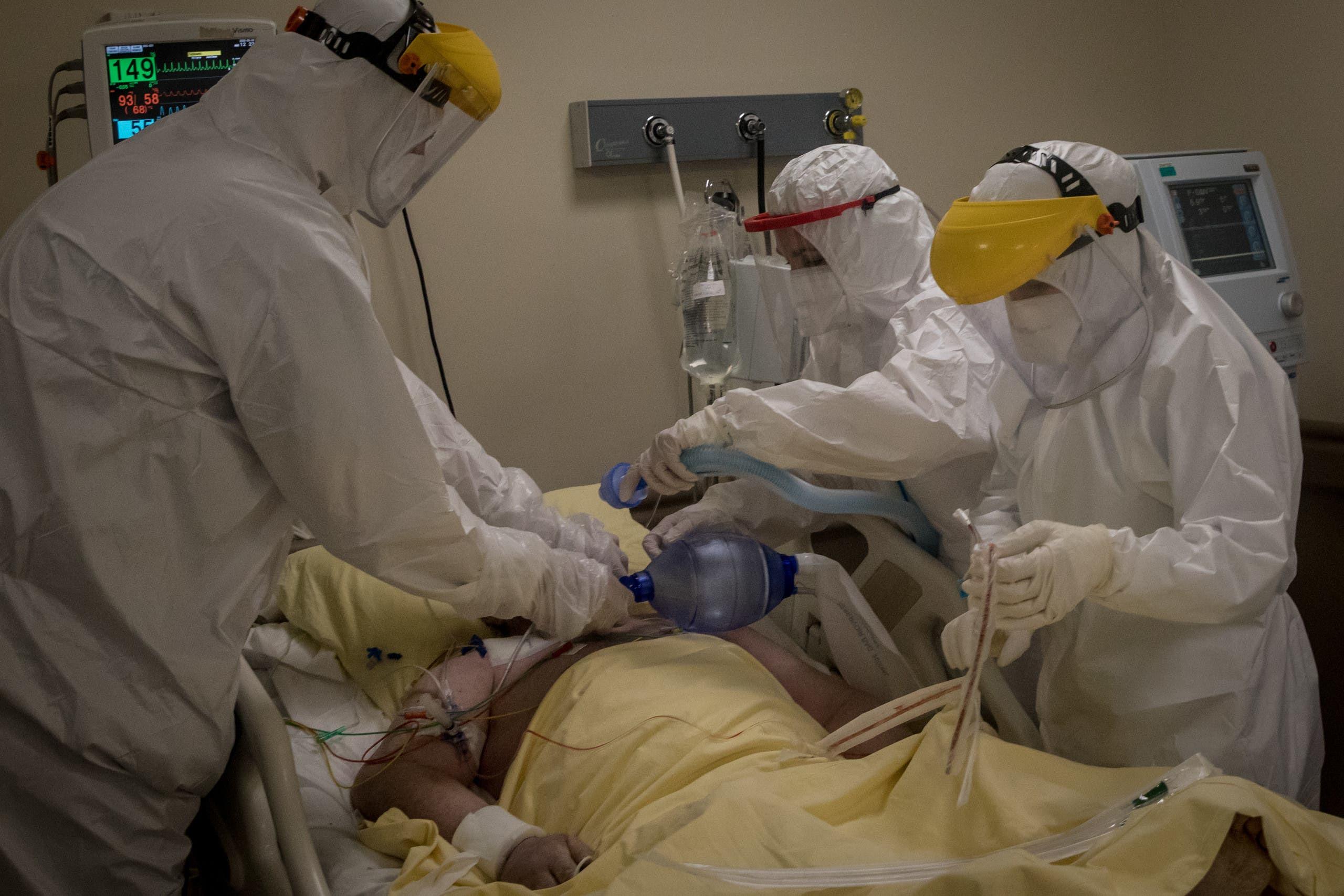 مريص في العناية المركزة بعد إصابته بكورونا في أحد مستشفيات اسطنبول